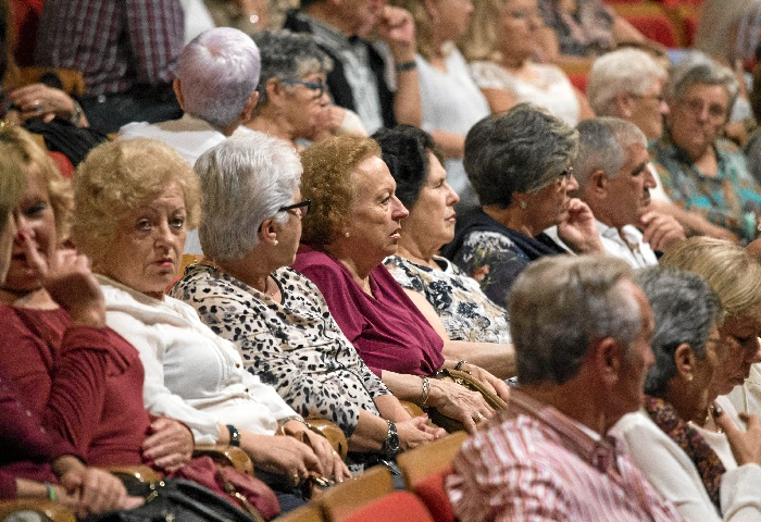 n total de 450 mayores procedentes de distintas entidades y asociaciones de la ciudad se dieron en el Palacio de Congresos de la Casa Colón.