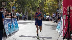 Adrián Andivia, en el momento de cruzar la meta como ganador.