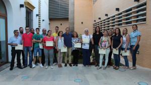 El alcalde de La Palma junto a los vecinos que han recibido los certificados.