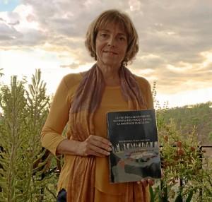 La autora, con el libro de la tesis.
