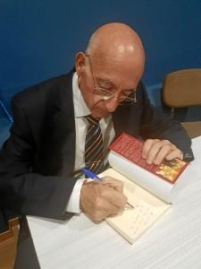 El autor, firmando libros.