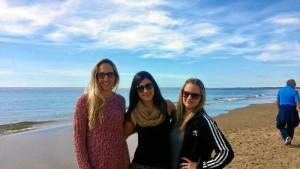 Cuando vuelve a Huelva, suele visitar El Portil, playa en la que disfruta de sus veranos. En la imagen, junto a dos de sus mejores amigas.