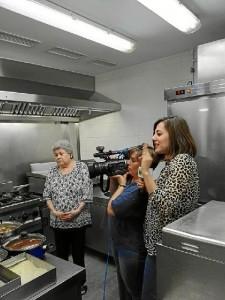 La cocina del bar se encuentra totalmente abierta. / En la imagen, un momento del programa 'Andalucía Directo' de Canal Sur, que visitó hace unos días el restaurante onubense.