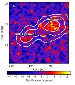 Figura 2. Mapa original de significancia donde se ven Geminga y PSR B0656+14, en la constelación de Géminis, a unos 800 años luz de la Tierra. Esta vasta región de emisión en rayos gammas de alta energía consta en realidad de dos nebulosas (Geminga a la derecha y PSR B0656+14 a la izquierda), cada una con una estrella de neutrones en su interior girando a alta velocidad (púlsar) que produce un viento de electrones y positrones sujetos a una gran aceleración, produciendo así rayos gamma de alta energía. Los contornos blancos delimitan las zonas de igual significancia para el análisis empleado. Crédito: Science   AAAS.