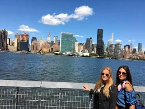 Junto a una amiga, en el 'Skyline' de Nueva York.