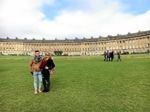 La enfermera onubense, junto a su amigo Raúl, visitando la ciudad de Bath.
