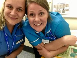 La enfermera onubense Marina Peguero trabaja en Bristol. En la imagen con Sian, una compañera del hospital.
