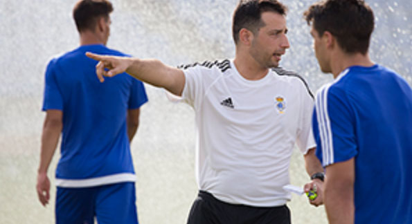 Ángel López, entrenador del Recre, espera solventar con un triunfo el primer partido del año / Foto: Manu López/Albiazules.