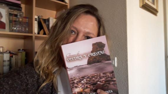 La educadora Esther Fortes Quinta se estrena como autora con 'Poemas de piedra y cristal'
