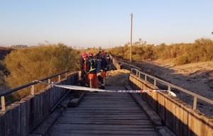 Los bomberos terminan de apagar el incendio en el Paseo Litoral.