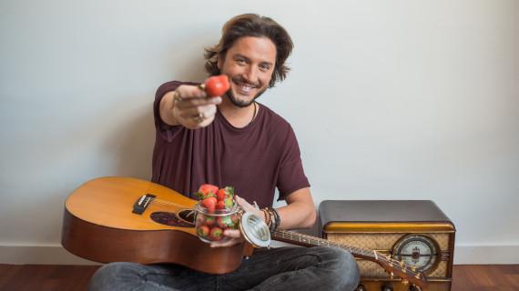 Manuel  Carrasco protagoniza una sesión fotográfica para 'Fresas de Europa'