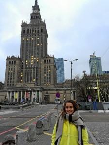 Esther, ante el Palacio de la Cultura y la Ciencia.