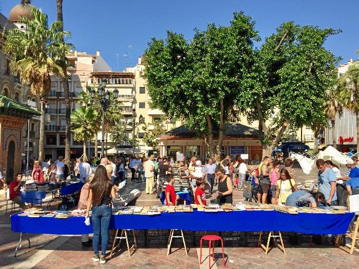 Mercadillo del libro solidario a beneficio de las personas refugiadas, en la Plaza del Punto