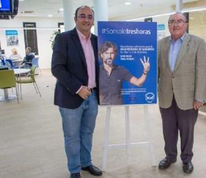Marcos Martín y Juan Manuel Díaz junto al cartel expuesto en las oficinas de EMAHSA.