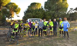 Alcalde y concejal de Deportes de Hinojos, junto a algunos de los ciclistas.