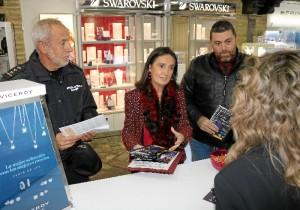 La subdelegada reparte folletos Comercio Seguro Navidad.