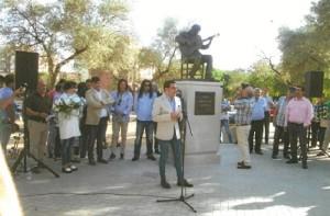 El autor del monumento, Sergio Sánchez Sánchez, dirigiéndose a los  asistentes al acto inaugural.