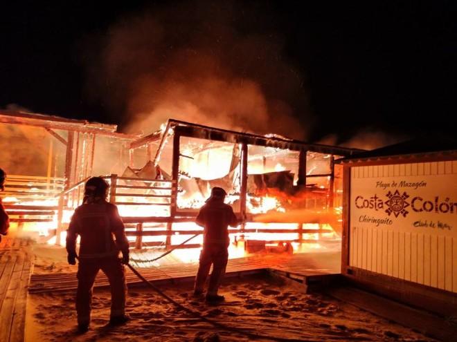 Apoyo unánime a los propietarios de 'Costa Colón' tras la destrucción de este chiringuito de Mazagón por un incendio