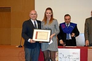 La joven, recibiendo el premio de manos del gerente de AIQB, Rafael Romero.