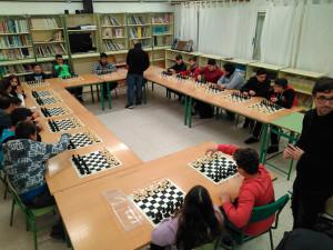 La partida simultánea ha supuesto el colofón al taller de ajedrez que se ha desarrollado este trimestre en el centro.