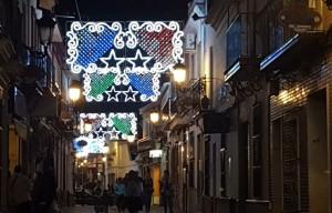 Calles de la localidad iluminadas de Navidad.