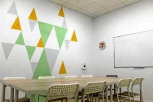 La escuela está equipada con cuatro aulas.