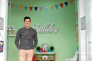 El joven Daniel Rodríguez en la entrada de la escuela Bulldog Language Studio.