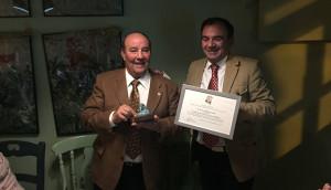 Curro Sanjosé -izquierda- en el momento de recibir el premio 'Sevillista del año 2017 para Huelva'.