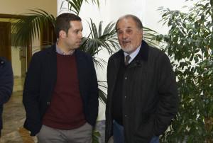 Sebastián Santos hijo habla con el alcalde de Higuera
