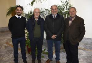 Junto a Sebastián Santos Calero, en el extremo derecho de la imagen,  se encuentra el hermano mayor de Pastora de Santa Marina de Sevilla, Gabriel Solís.