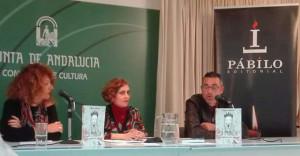 María presentó el ejemplar en la Biblioteca Provincial de Huelva.