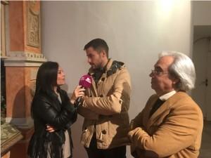 Antonio Rivera, presidente de la Hermandad del Carmen, atendiendo a medios de comunicacióon, en presencia del artista  Luís Miguel Garduño