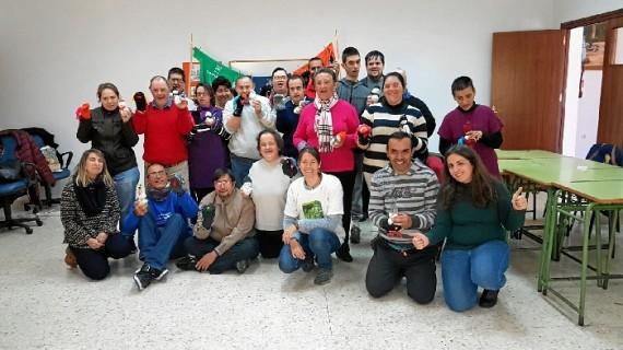 Discapacitados de Punta Umbría participan en un taller de reciclaje para reconvertir las prendas en decoración navideña