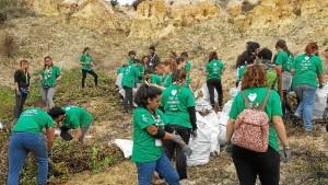 Jóvenes participando en la reforestación de las zonas afectadas por el incendio del pasado mes de junio.