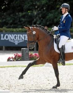 Es un apasionado del deporte y en especial de la equitación.