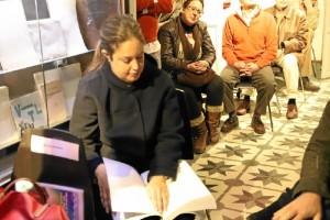 Lourdes Haya leyendo algunos textos.