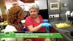 Una de las muchas apariciones del 'Juan José' en 'Andalucía Directo', donde podemos ver a María Corrales haciendo su famosa tortilla. / Foto: Canal Sur.