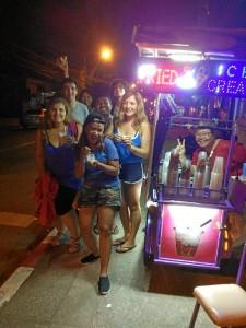 Junto a amigos españoles que viven en Tailandia.