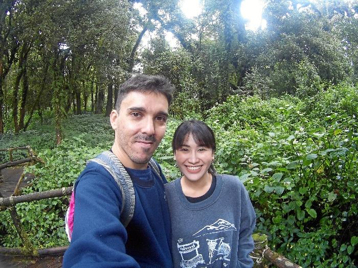El onubense Manuel González, con su chica Pampam.