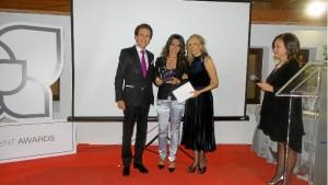 Laura recibió el reconocimiento de manos de Alfredo Bataller y Doña Graciela Pineda.