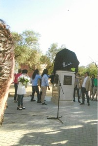 Antes de descorrer el velo del monumento.