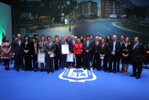 Foto de familia de los reconocidos junto a la Corporación Municipal.