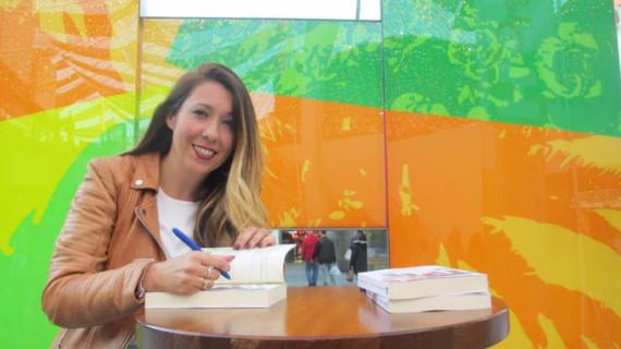 La escritora onubense Estrella Correa presenta el último ejemplar de su trilogía 'Clamores de juventud'