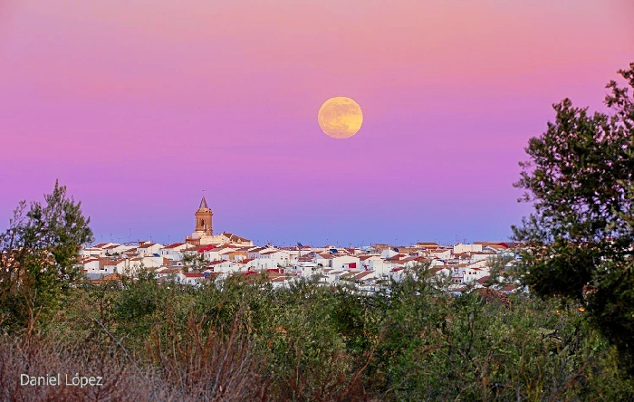 Superluna vista desde Paterna del Campo./ Fotografía de Daniel López.