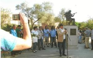 Gabriel Cruz, alcalde de Huelva, manifestando su admiración por el genial guitarrista.