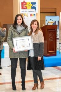 Elisa, con el premio, junto a su tutora Mª del Amor Jiménez.