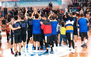 Los jugadores del CDB Enrique Benítez celebran la victoria con sus aficionados.