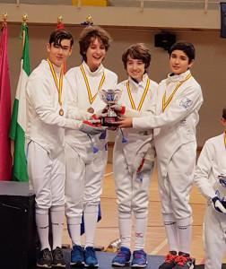 Representantes del Club Esgrima Huelva, con el trofeo logrado en Chiclana.