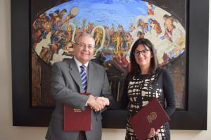 El director general de la Fundación Atlantic Copper, Antonio de la Vega y la rectora de la Universidad de Huelva, María Antonia Peña.