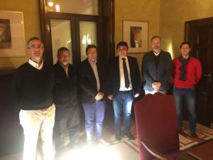 Entrega al alcalde de Huelva del escrito por parte de los colegios profesionales.